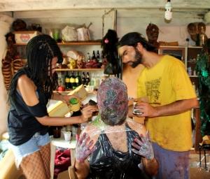 Leyla Buk e Alexandre Brunoro maquiando Andye Iore em Zombio 2_Foto Andye Iore